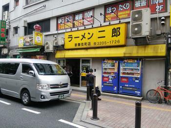 歌舞伎町店外観.jpg